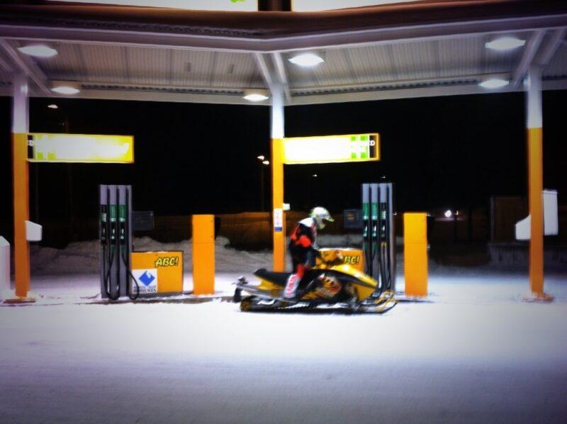 Ruka Winter Tankstelle Motorschlitten