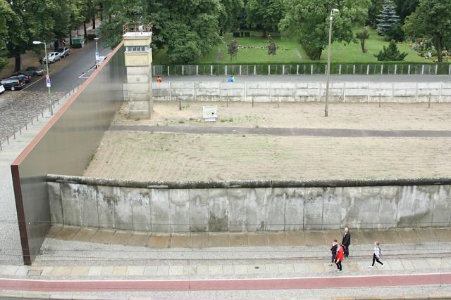 Berlin: Mauer-Gedenkstaette: Wachturm, Mauer, Todesstreifen