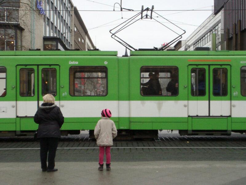 Hannover: Straßenbahn und Frau und Kind