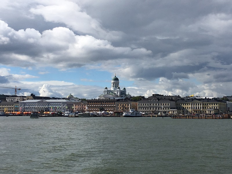 Der Dom zu Helsinki und der zentrale Marktplatz vom Meer aus gesehen