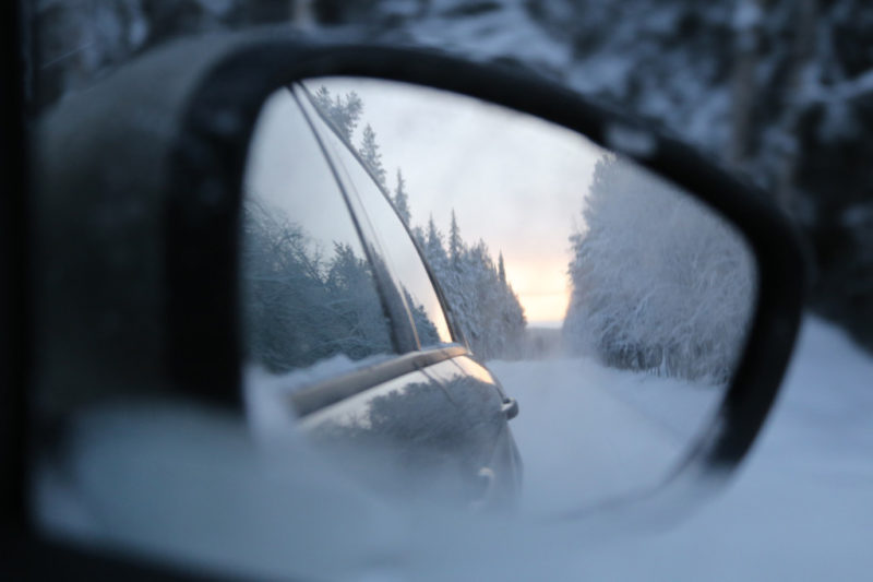 Winter Wald im Rückspiegel