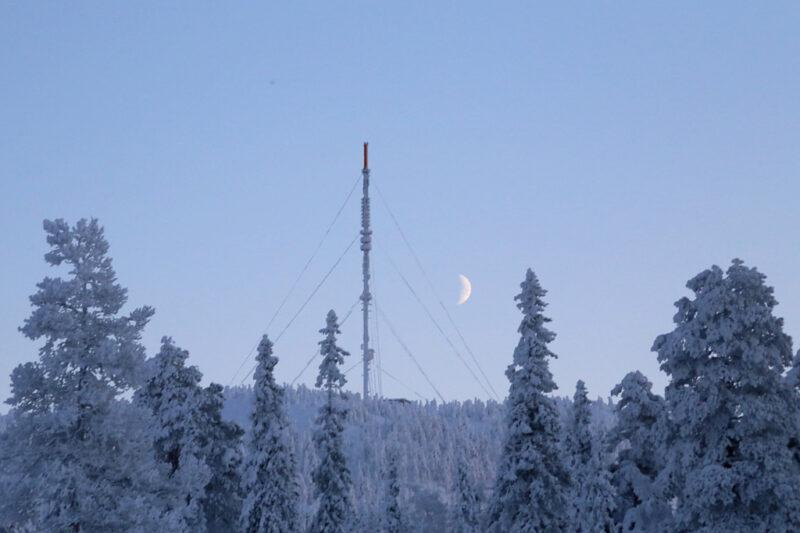 Winterlandschaft mit Sendemast und Mond