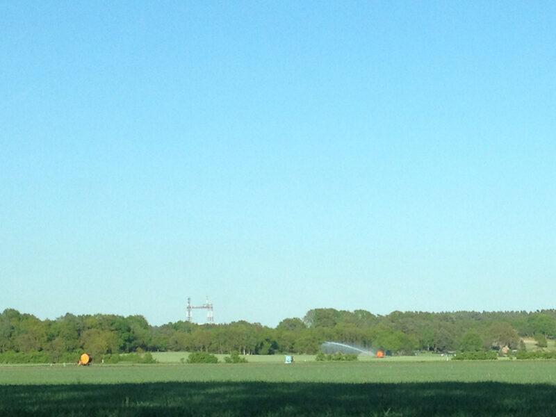 Sommer im Wendland: Gusborn-Turm, Felder, blauer Himmel