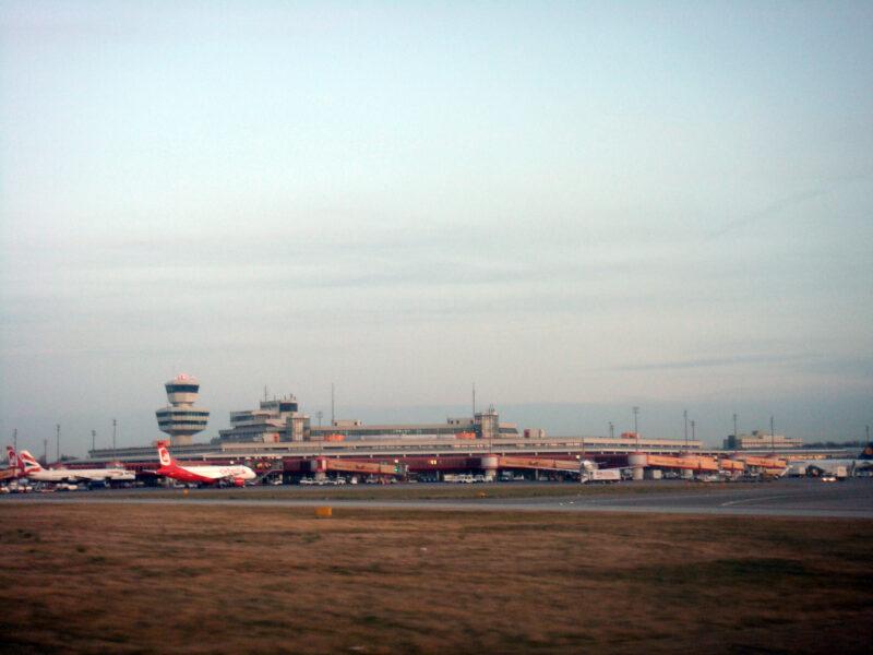 Berlin » Flughafen Tegel vom Flugfeld aus gesehen