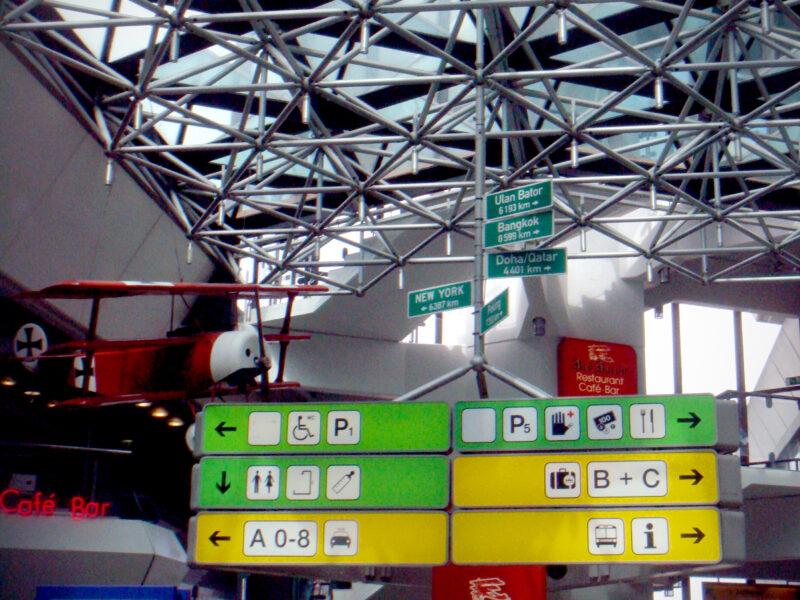Wegweiser / Piktogramme am Flughafen Tegel