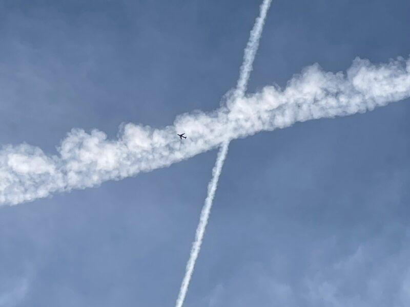 Kondensstreifen: Flugzeuge kreuzen