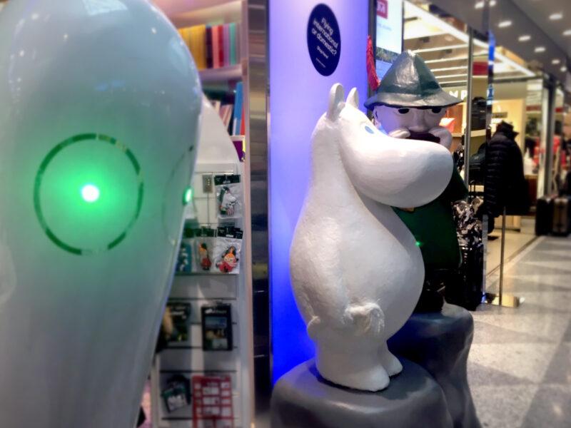 Mumin-Figur vor dem Mumin-Shop im Flughafen Helsinki-Vantaa
