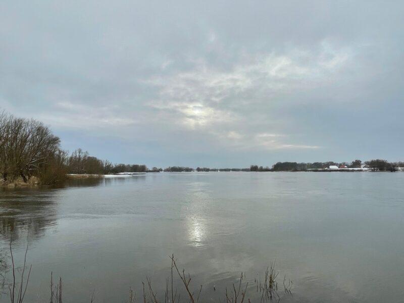 Wintersonne über der Elbe